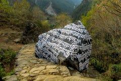 Mani Stones med buddistisk mantra i Himalaya, Nepal royaltyfri foto