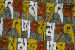 Mani Stones med buddistisk mantra i Himalaya, Nepal royaltyfria bilder