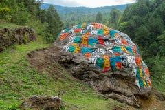 Mani Stones med buddistisk mantra i Himalaya, Nepal fotografering för bildbyråer