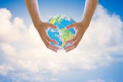 Mani su entrambi i lati del cielo nei precedenti vago Concetto di ecologia di giorno dell'ambiente ambiente Concetto Ecologia deg Fotografia Stock