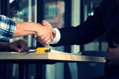 Mani su lavoro di squadra delle mani e sul segno di associazione Fotografia Stock