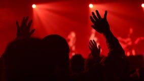 Mani su nel culto durante la funzione religiosa archivi video