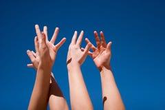 Mani in su nell'aria Fotografie Stock