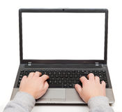 Mani su un computer portatile con lo schermo in bianco isolato Immagine Stock