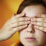 Mani sugli occhi immagine stock libera da diritti