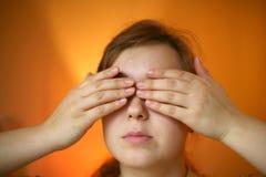 Mani sugli occhi immagini stock libere da diritti
