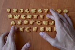 Mani sui bottoni della tastiera del cracker Fotografia Stock