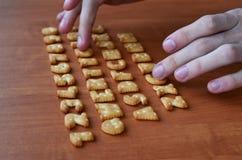 Mani sui bottoni della tastiera del cracker Immagine Stock