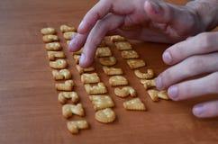 Mani sui bottoni della tastiera del cracker Fotografie Stock