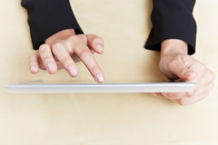 Mani sul calcolatore del ridurre in pani Immagini Stock Libere da Diritti