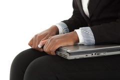 Mani sul computer portatile Immagini Stock