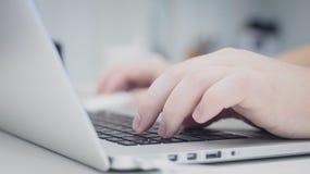 Mani sul computer portatile fotografia stock libera da diritti