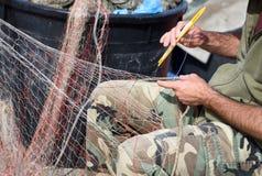 Mani sul lavoro su rete da pesca Fotografie Stock Libere da Diritti