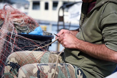 Mani sul lavoro su rete da pesca Fotografia Stock