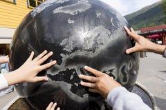 Mani sul mondo Fotografie Stock