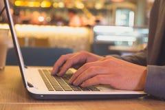 Mani sulla fine della tastiera del computer portatile su immagine stock libera da diritti