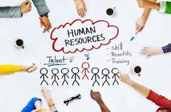 Mani sulla lavagna con i concetti delle risorse umane