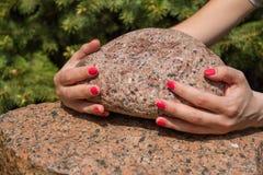 Mani sulla pietra Immagini Stock Libere da Diritti