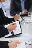 Mani sulla riunione d'affari all'ufficio Immagini Stock Libere da Diritti