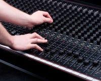 Mani sulla sezione comandi mescolantesi Fotografie Stock Libere da Diritti