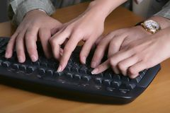 Mani sulla tastiera Fotografia Stock Libera da Diritti