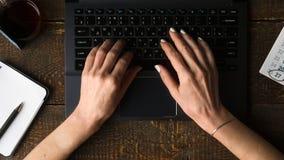 Mani sulla tastiera di computer, sul taccuino e sulla visualizzazione della penna da sopra Fotografia Stock Libera da Diritti