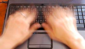 Mani sulla tastiera, digitare veloce Fotografia Stock
