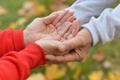 Mani tenute insieme Immagine Stock