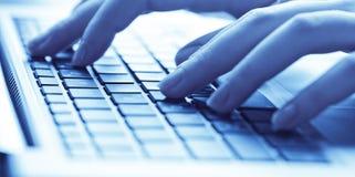 Mani umane che lavorano al computer portatile fotografia stock libera da diritti