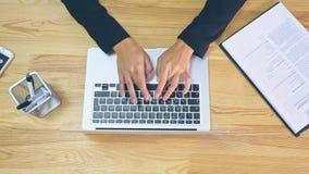Mani umane che lavorano al computer portatile sul fondo dell'ufficio archivi video