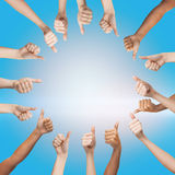 Mani umane che mostrano i pollici su nel cerchio Immagine Stock Libera da Diritti