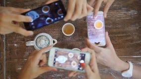 Mani umane che prendono foto di cerimonia di tè del cinese tradizionale con il telefono cellulare Vista bevente del tè del serviz stock footage