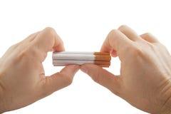 Mani umane che preparano rompere pila di sigarette Fotografia Stock Libera da Diritti