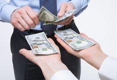 Mani umane che scambiano soldi Immagini Stock