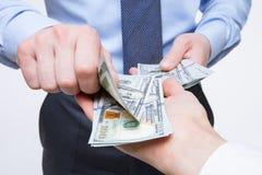 Mani umane che scambiano soldi Fotografia Stock Libera da Diritti