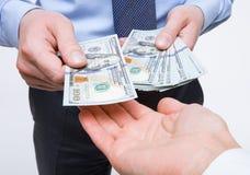 Mani umane che scambiano soldi Immagini Stock Libere da Diritti