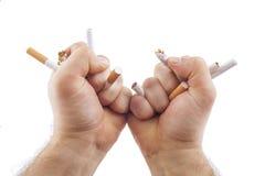 Mani umane che tagliato le sigarette Fotografia Stock Libera da Diritti