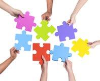 Mani umane che tengono puzzle Fotografia Stock Libera da Diritti