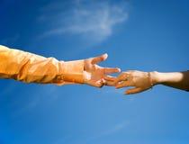 Mani in un primo piano del cielo Immagine Stock
