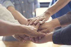 mani unite per il concetto di lavoro di squadra e di cooperazione Immagine Stock
