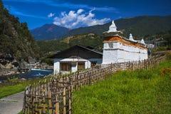 Mani vägg, Trashiyangtse område, östliga Bhutan arkivbilder