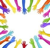 Mani variopinte che formano forma del cuore Immagine Stock