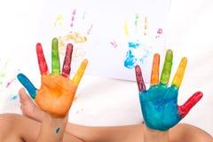 Mani variopinte dipinte del bambino Immagini Stock Libere da Diritti