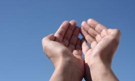 Mani verso il cielo Immagine Stock