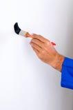 mani vicine che verniciano sulla parete verticale Immagini Stock