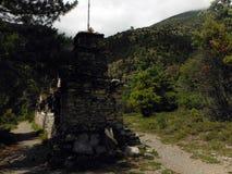 Mani Wall en el rastro de un Trekker Himalayan Fotografía de archivo