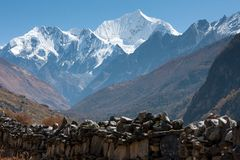 Mani Wall in valle di Langtang, parco nazionale di Langtang, Rasuwa Dsitrict, Nepal immagini stock