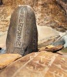 Mani-Wand mit buddhistischen Symbolen Stockfotografie