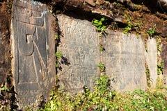 Mani-Wand und -steine mit buddhistischen Symbolen Stockfotografie