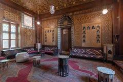 Manialpaleis van Prins Mohammed Ali Gastenzaal met houten overladen plafond en houten overladen deur, Kaïro, Egypte stock afbeelding
